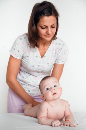 Rztin, die Rückenmassage zum Baby tut. Kinder Massage. Standard-Bild - 89547430
