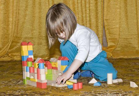 enfant qui joue: Enfant jouant avec des jouets