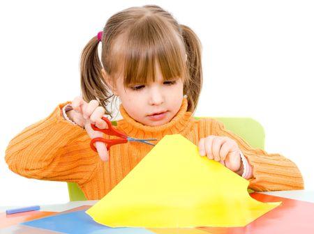 tijeras cortando: chica con papel y tijeras