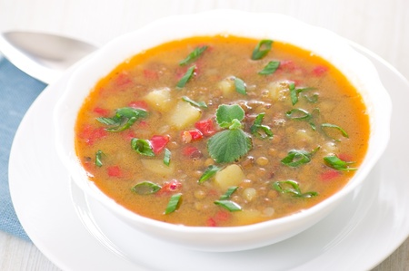 lentejas: sopa fresca en un tazón de lentejas
