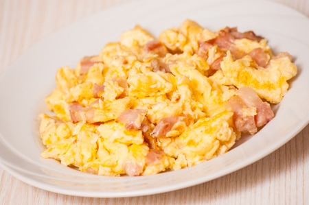 scrambled eggs: huevos revueltos con jamón y queso