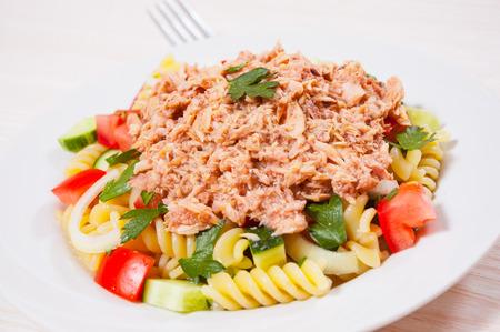 pastasalade met tonijn en groenten Stockfoto