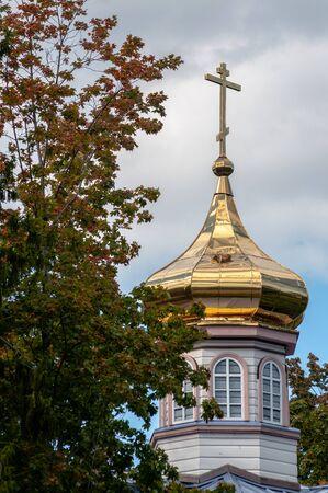 gilded dome of the Orthodox Church next to the autumn tree Stok Fotoğraf
