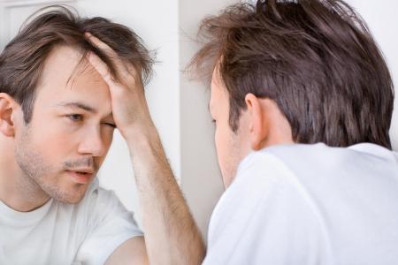 Slaperige man lijdt aan kater in de ochtend Stockfoto