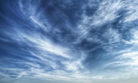 Texture de bleu ciel nuageux dramatique
