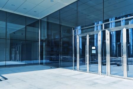 Las puertas cerradas de la entrada en el centro de negocios moderno Foto de archivo - 22615715