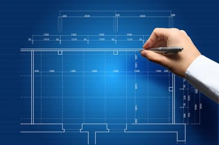 estampado: Mano y blueprint - ingeniero trabajando en concepto de impresi�n azul