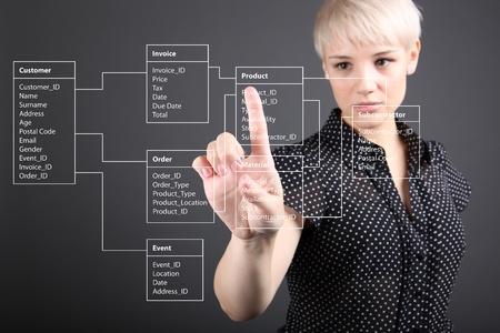 ragazza che indica: Database Table - concetto tecnico, schermo ragazza di puntamento