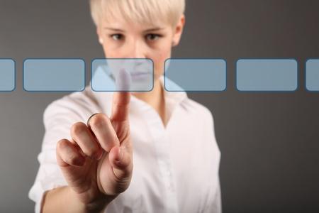 toma de decisiones: la toma de decisiones concepto - mujer de negocios de tocar la pantalla