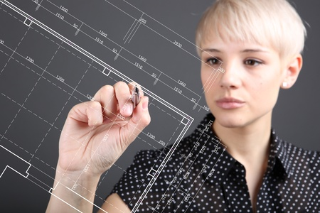 手と青写真 - ブルー プリントのコンセプトに取り組んでいるエンジニア