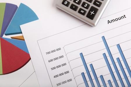 電卓との色のチャートを使用したビジネス戦略コンセプト