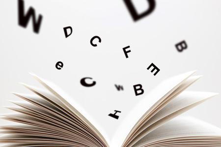 Ouvrez le livre avec des lettres volantes Banque d'images - 23458076