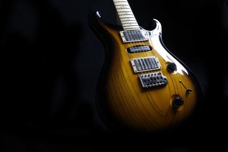 musik hintergrund: E-Gitarre auf dem schwarzen Hintergrund