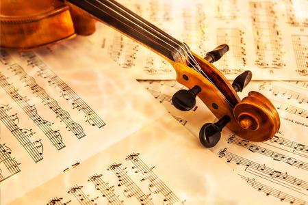 古いバイオリンの音楽、音楽のコンセプトのシートの上に横たわる 写真素材