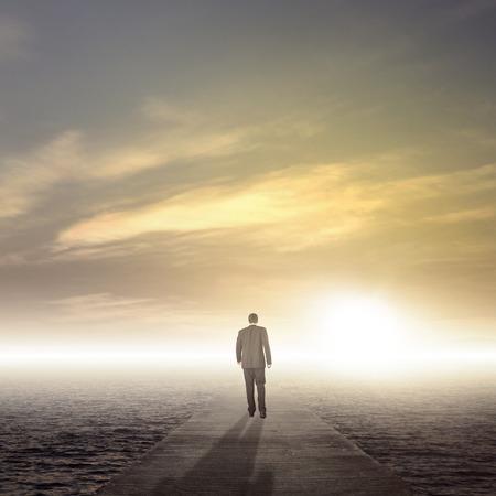 Homme d'affaires marchant sur chemin de la réussite comme une métaphore d'affaires pour l'entrepreneuriat Banque d'images - 28251889