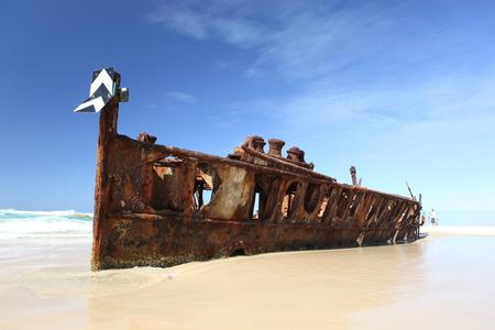 열 대 해변에 녹슨 난파선 - 마헤, 프레이저 아일랜드, 퀸즐랜드, 호주 스톡 콘텐츠