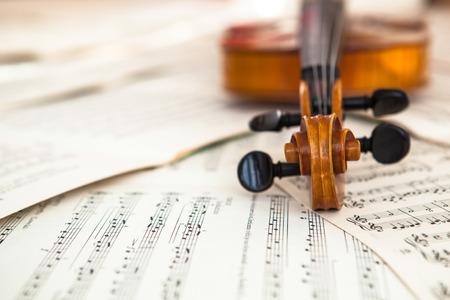 古いバイオリンの音楽、音楽のコンセプト シートに横になっています。