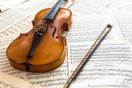 古いバイオリンの音楽、音楽のコンセプト シートに横になっています。 写真素材 - 31068284