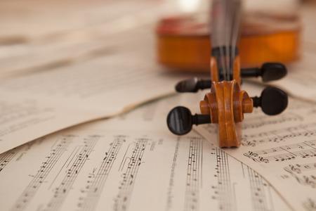 Oude viool liggend op het blad van de muziek, muziek concept Stockfoto