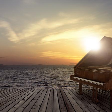 해질녘에 바다 쪽에서 촬영 한 바깥의 피아노 스톡 콘텐츠 - 64319995