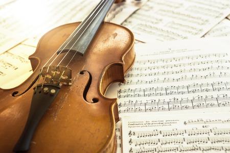 古いバイオリンの音楽、音楽のコンセプト シートに横になっています。 写真素材 - 72158847