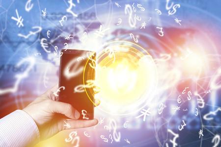 지도와 세계 연결, 스마트 폰 채 사업가 피어 - 투 - 피어 지불 개념. Fintech 개념입니다. 스톡 콘텐츠
