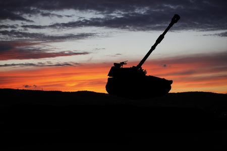 Oorlog concept. De militaire scène van het tanksilhouet op hemelachtergrond, Wereldoorlog onder Bewolkte Horizon bij nacht. Aanval scene. Tanks vechten
