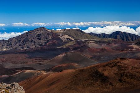 ハワイのマウイ島のハレアカラ国立公園の巨大な火山クレーターの色。 写真素材