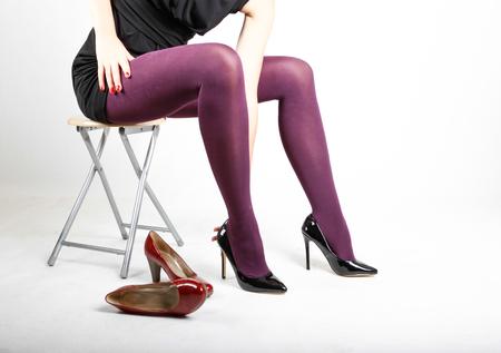 Piernas de mujer con pantimedias y tacones altos con espacio para texto
