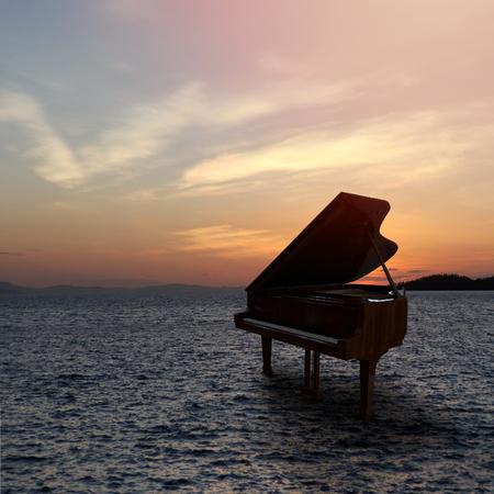 日没時にビーチで撮影された外のピアノ