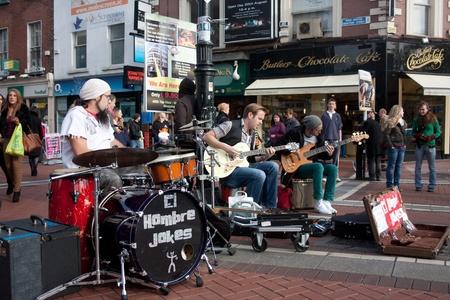 ダブリン、アイルランド - 2011 年 10 月 28 日 - エル ・ オンブレ ジョーク グラフトン通りの再生します。グラフトン ・ ストリートはダブリンの一つ 報道画像
