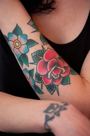 tatouage fleur: Fleur de tatouage sur le bras Femme Banque d'images