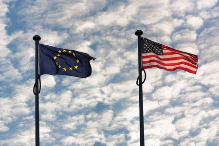naciones unidas: Bandera europea y americana ondeando junto a la otra Foto de archivo