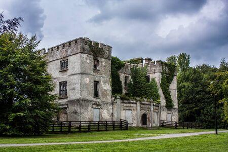 parapet wall: Donadea Castle in Donadea Park in Ireland