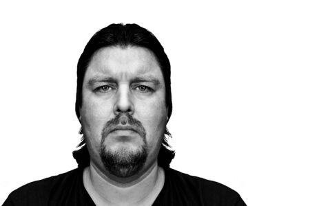 foto carnet: Mugshot de un hombre con mirada seria o triste aislado en blanco Foto de archivo