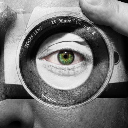 緑色の目で男性の顔に描かれたカメラ 写真素材