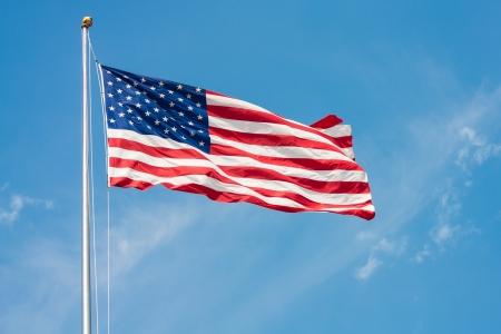 pacto: EE.UU. Bandera en la pole ondeando en el viento Foto de archivo
