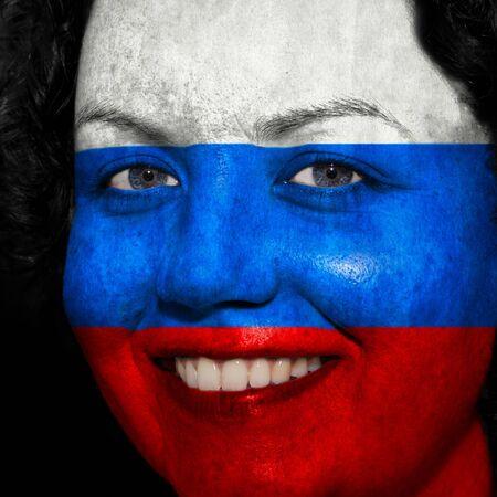 bandera rusia: Mujer con bandera pintada en la cara para mostrar el apoyo de Rusia en el deporte Foto de archivo
