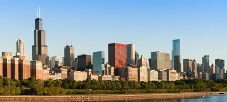 シカゴのダウンタウンのスカイラインの日の出で湖の海岸ドライブを含む 写真素材 - 14384791