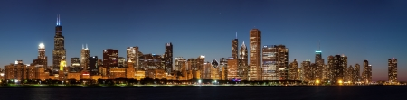 Chicago downtown city skyline at night and Michigan lake shore drive Stockfoto