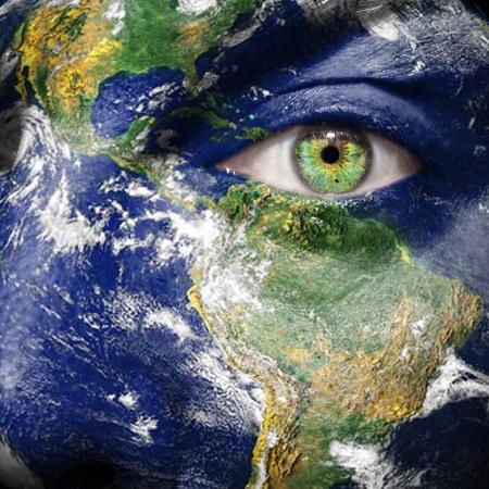 Aarde geschilderd op het gezicht om het bewustzijn voor de klimaat te creëren
