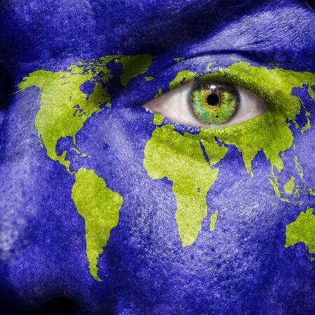 madre tierra: Mapa del mundo que pintó en el rostro para mostrar el apoyo del mundo y el conocimiento para el medio ambiente