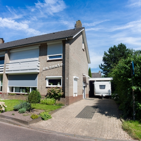 Typical Dutch Semi Detached House situated in a cresent found in a small Estate within the village of Asten in The Netherlands Banque d'images