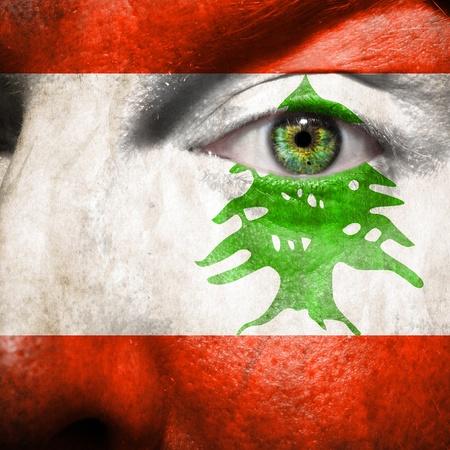 レバノンのサポートを示す緑色の目と顔に描かれた旗