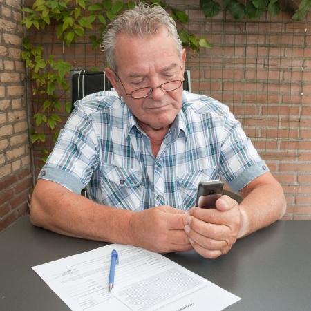 彼の裏庭で彼の携帯電話の良い探している上級の検索