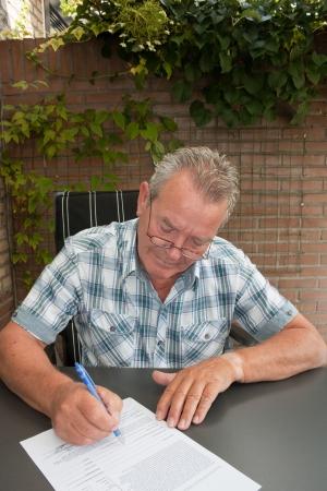 Senior ondertekening van een wettelijk contract