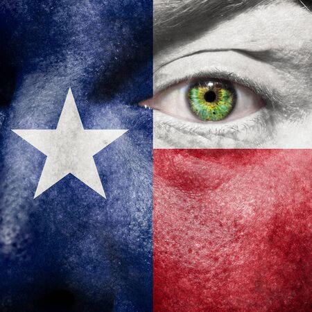 Vlag geschilderd op gezicht met groene ogen naar Texas steun te betuigen