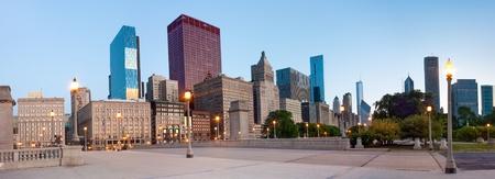 cna: Vista panorámica de los edificios en South Wabash Avenue en Chicago por la mañana temprano