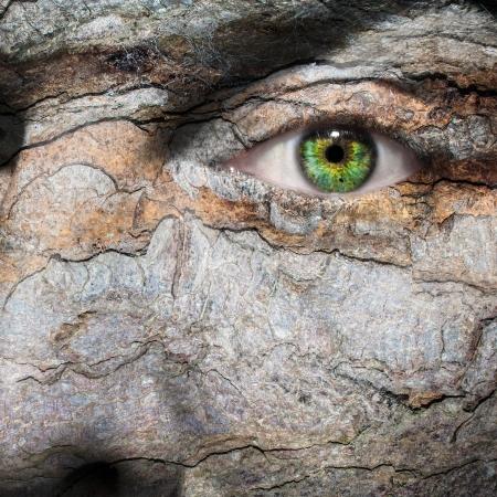 Conceptueel beeld van een gezicht met een huidziekte of een man met pshycological of sociale kwesties