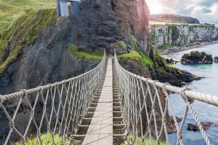 Beroemde Rope Bridge in Carrick-a-Rede in Noordereiland genomen van de verbinding eilanden Stockfoto